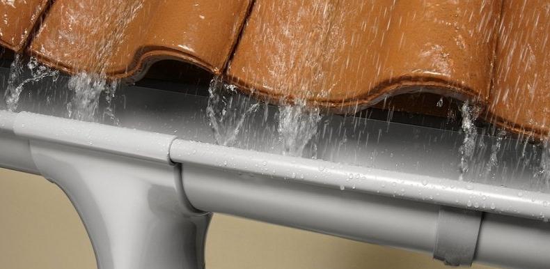 Монтаж водостоків для даху: рекомендації досвідчених майстрів