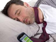 Чому не можна спати поруч зі смартфоном