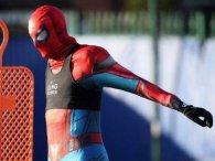 Футболіст у костюмі Спайдермена налякав команду під час тренування (фото)