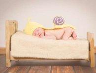 Чому дитина потіє уві сні: причини та хвороби